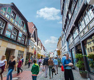 """Zahlreiche Inhabergeführte Geschäfte und hübsch anzusehende historische Gebäude befinden sich in der Krahnstraße, Osnabrücks """"heimlicher Mitte""""."""