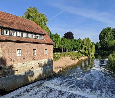 Ein Blick auf den Fluss am Haus vorbei