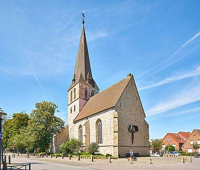 Kirche in Ostbevern bei strahlendem Sonnenschein