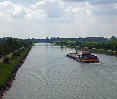 Der Dortmund-Ems-Kanal in Ladbergen mit Schiff