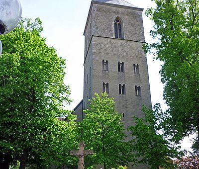 Die Kirche in Greven von Bäumen umringt