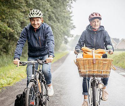 Zwei Radfahrer radeln auf der Friedensroute
