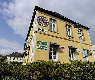 An der Fassade vom Uhrenmuseum in Bad Iburg hängt die größte Taschenuhr der Welt.