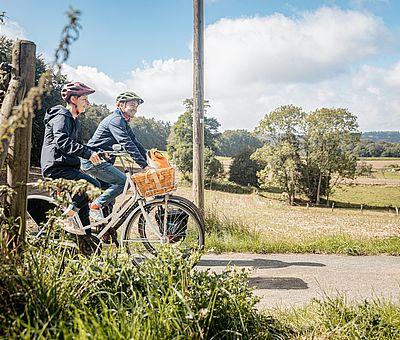 Zwei Radfahrer radeln durch eine schöne Landschaft